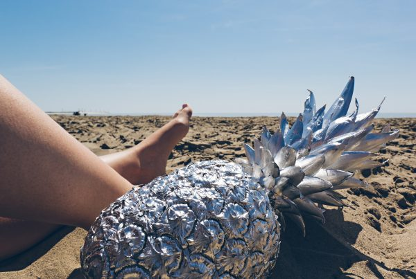 Ananas sur le sable Photo by Pineapple Supply Co. on Unsplash
